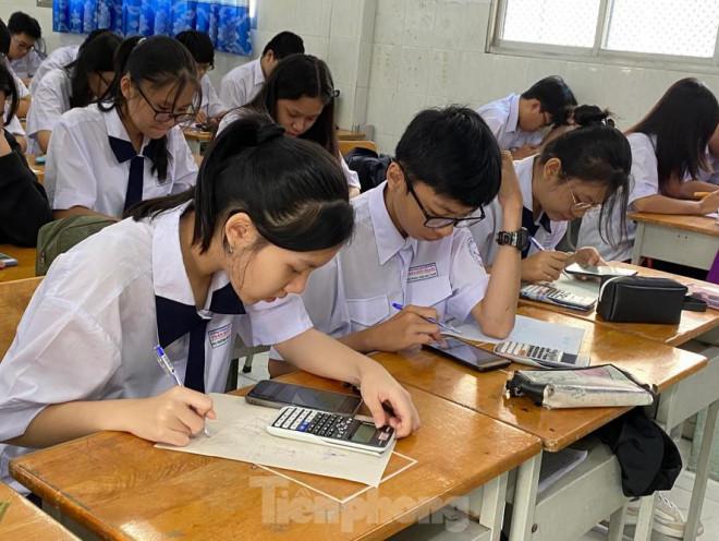 Nghỉ học vì dịch COVID-19: Học sinh cuối cấp lo 'sốt vó', trường ôn tập thế nào? - 1