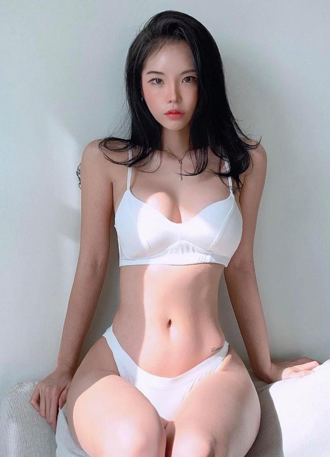 Kang Hye Chi được biết đến là người mẫu chuyên quảng cáo cho các sản phẩm đồ lót, bikini cho các thương hiệu thời trang nội địa.