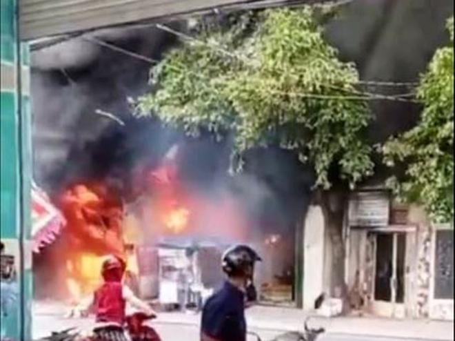Cháy, nổ dữ dội tại cửa hàng kinh doanh sơn ở Sài Gòn - 1
