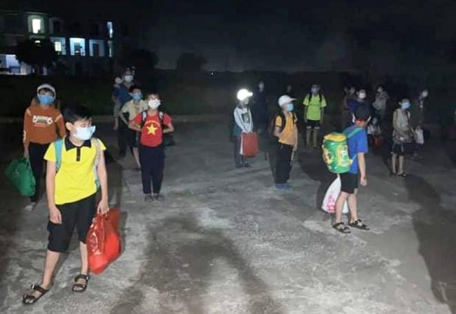 Nam sinh lớp 6 dương tính với SARS-CoV-2, 32 học sinh đi cách ly ngay trong đêm - 1