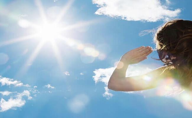 """Mùa hè là thời điểm giới nhà giàu """"khoe"""" những vật dụng chống nắng đắt tiền như kính râm, mũ rèm, bao tay..."""