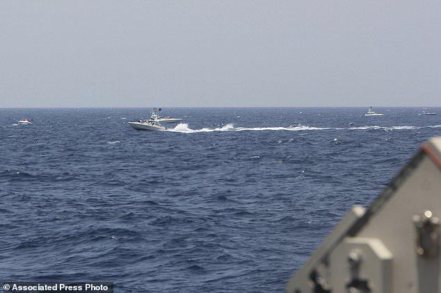 13 thuyền Iran áp sát đội tàu bảo vệ tàu ngầm hạt nhân, tàu chiến Mỹ nổ súng - 1