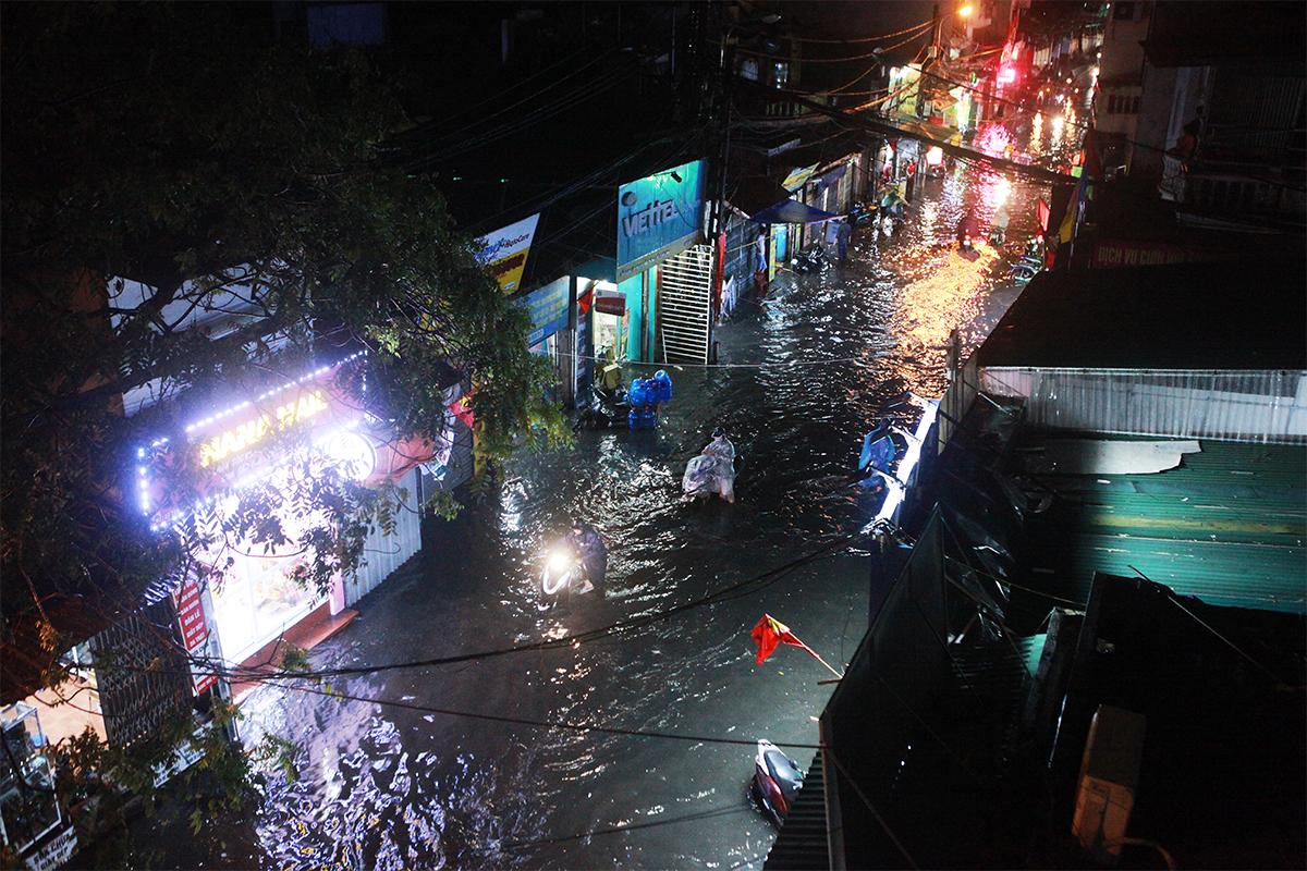 Người Hà Nội bì bõm trên phố sau cơn mưa lớn đầu hè - 1