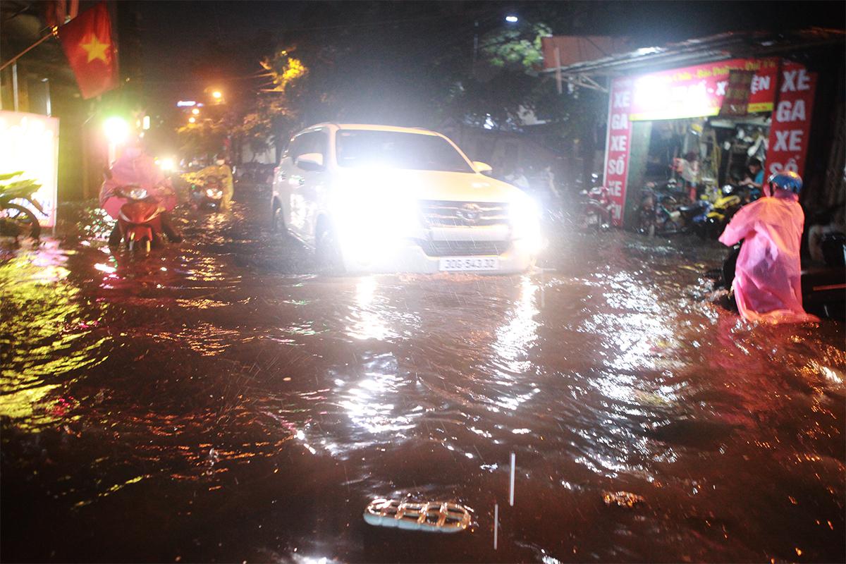 Người Hà Nội bì bõm trên phố sau cơn mưa lớn đầu hè - 10