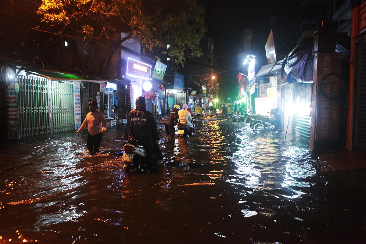 Người Hà Nội bì bõm trên phố sau cơn mưa lớn đầu hè - 15