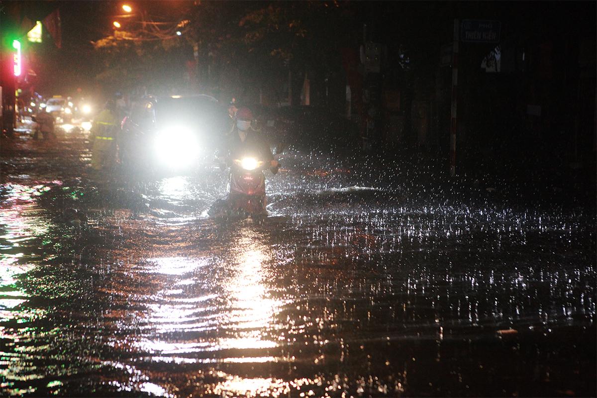 Người Hà Nội bì bõm trên phố sau cơn mưa lớn đầu hè - 2