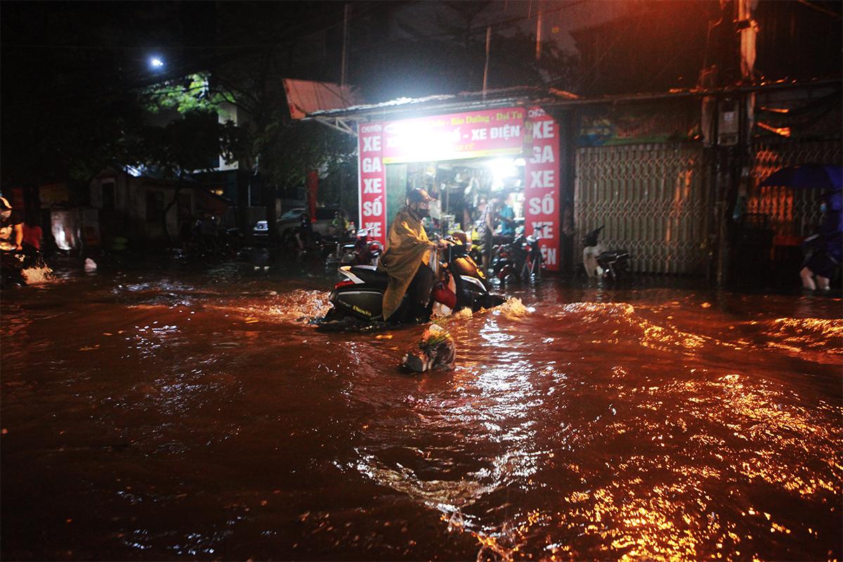 Người Hà Nội bì bõm trên phố sau cơn mưa lớn đầu hè - 3