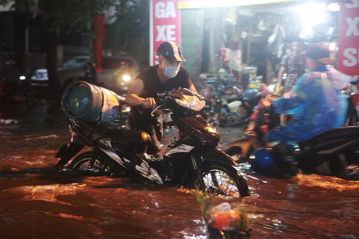 Người Hà Nội bì bõm trên phố sau cơn mưa lớn đầu hè - 5