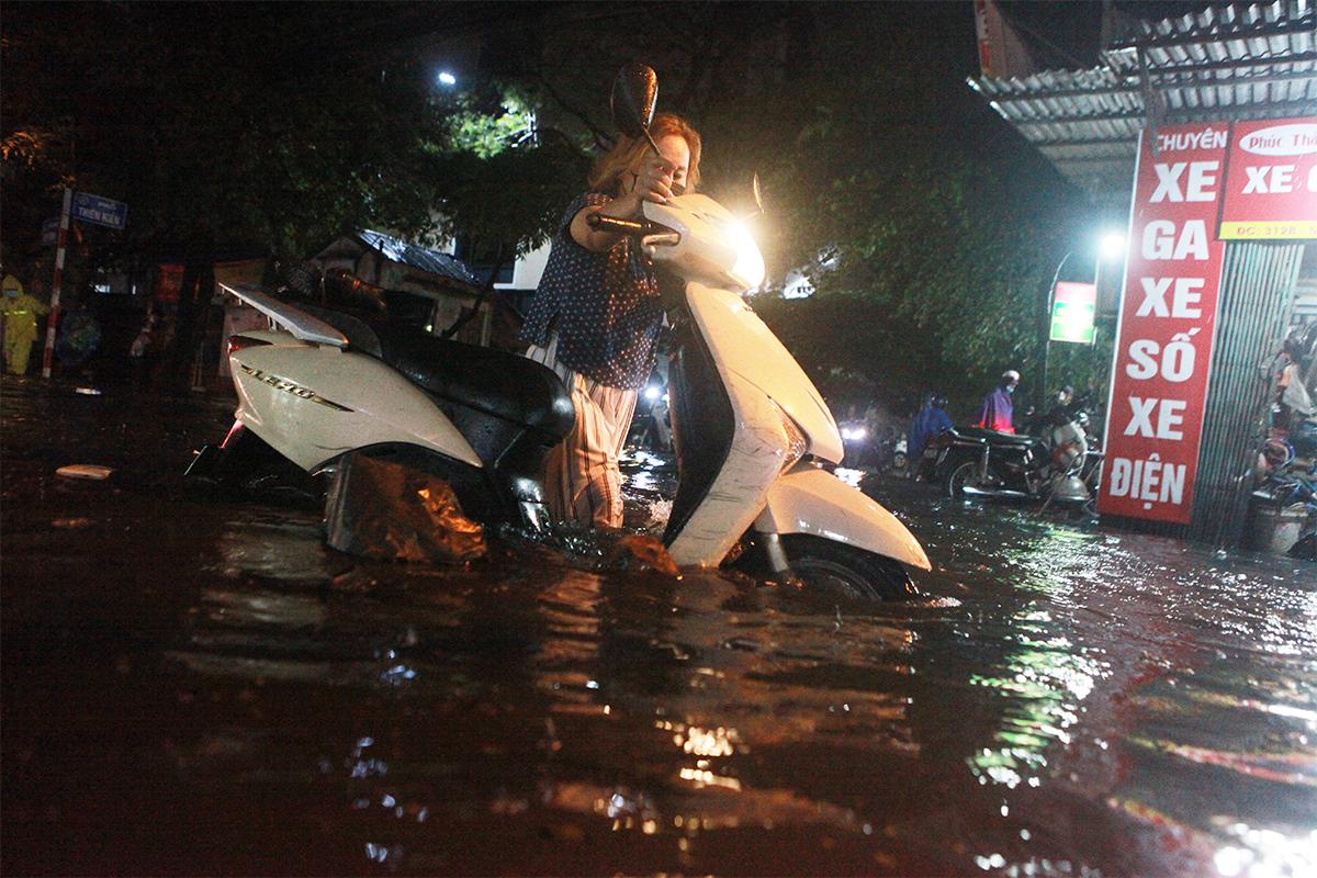 Người Hà Nội bì bõm trên phố sau cơn mưa lớn đầu hè - 6