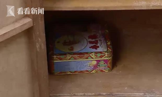 """Vứt chiếc tủ cũ của cha quá cố, con trai """"sốc nặng"""" khi nhận lại thứ không ngờ - 1"""
