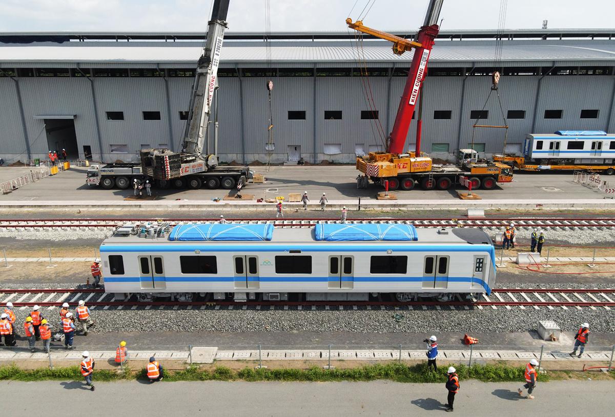 """Ảnh: Khoảnh khắc xe cẩu """"khủng"""" đặt toa tàu metro 37 tấn lên đường ray - 14"""