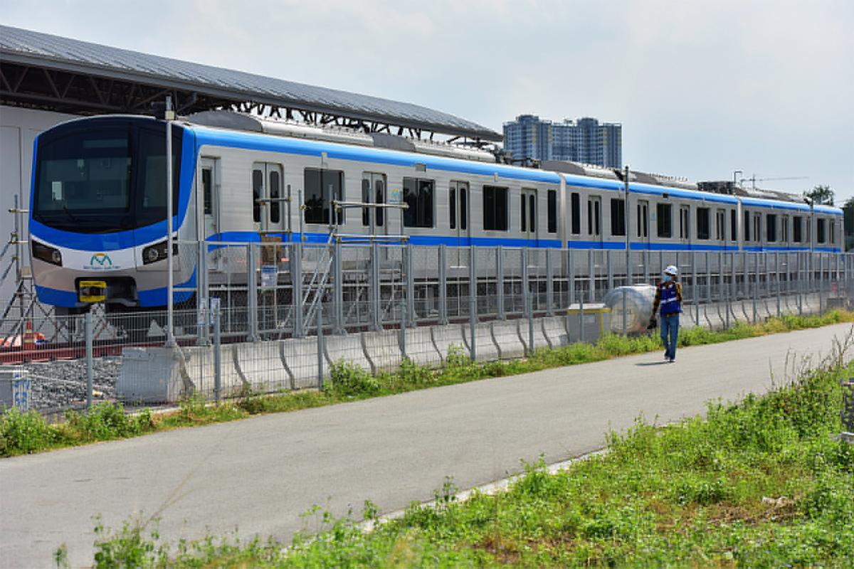 """Ảnh: Khoảnh khắc xe cẩu """"khủng"""" đặt toa tàu metro 37 tấn lên đường ray - 16"""