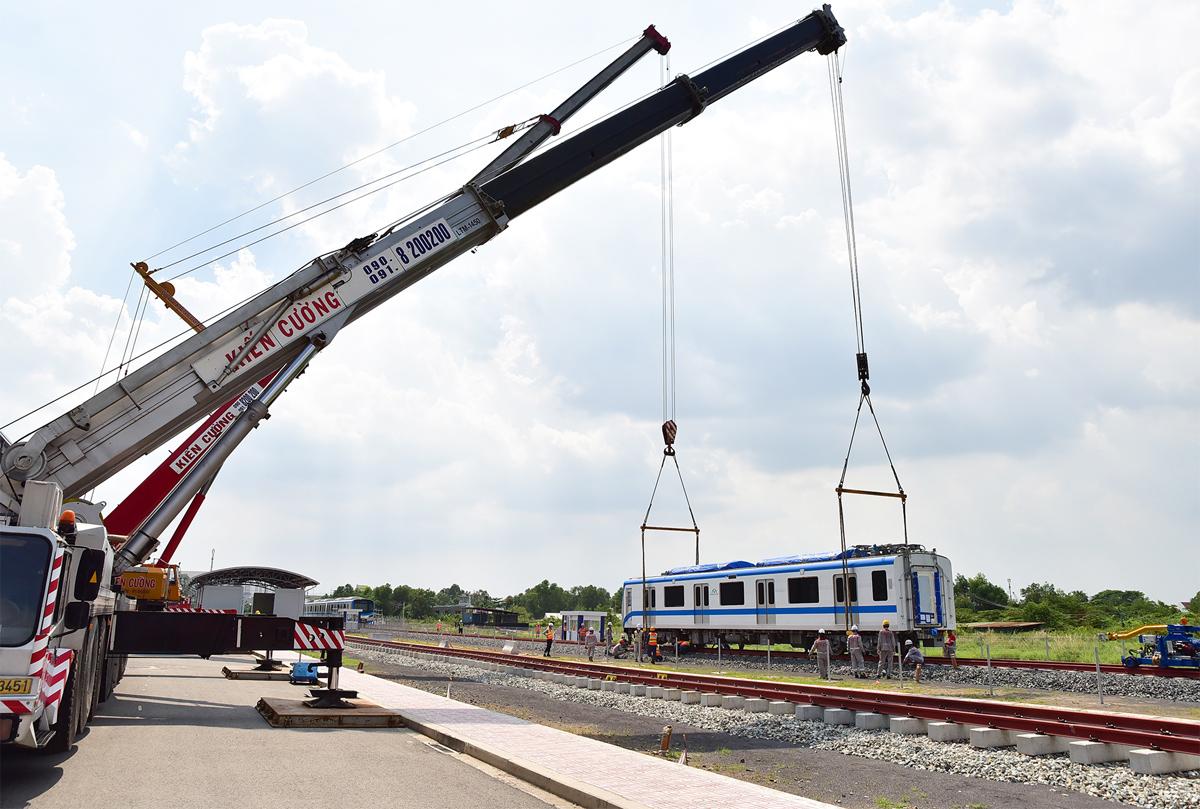 """Ảnh: Khoảnh khắc xe cẩu """"khủng"""" đặt toa tàu metro 37 tấn lên đường ray - 6"""