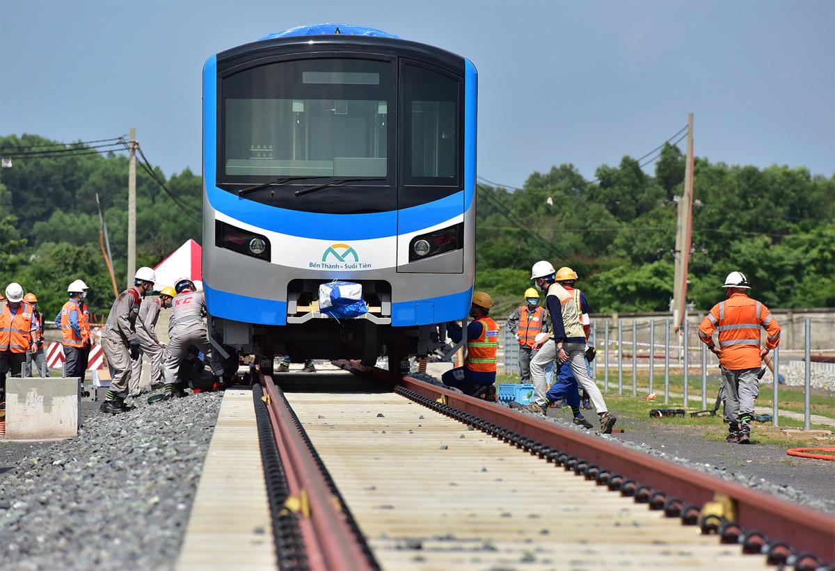 """Ảnh: Khoảnh khắc xe cẩu """"khủng"""" đặt toa tàu metro 37 tấn lên đường ray - 7"""