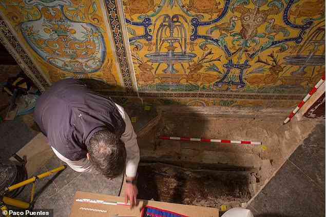 Sửa cung điện, phát hiện cô gái tóc vàng bị giấu dưới sàn 7 thế kỷ - 1