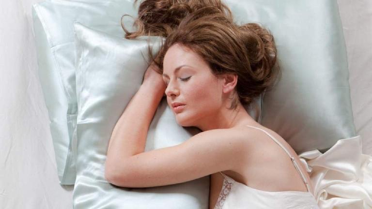 Lý do quan trọng giải thích vì sao không nên xoã tóc khi ngủ - 1