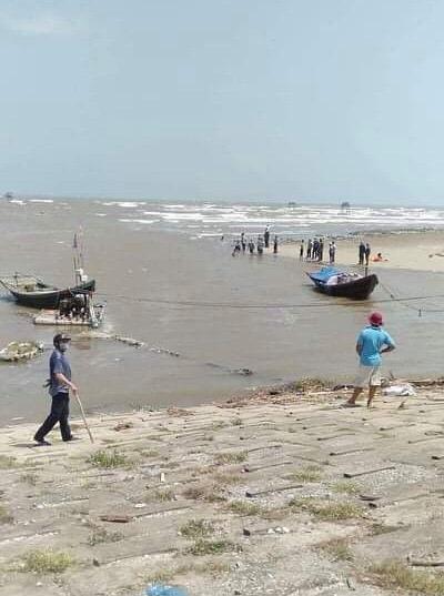 Rửa chân ở cống biển, 3 học sinh bị sóng cuốn mất tích - 1