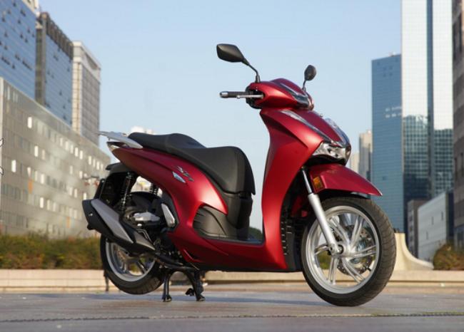 Mới đây 2021 Honda SH 350i đã được nhập về Việt Nam theo đường tiểu ngạch. Mẫu xe được dự đoán có giá trên 300 triệu đồng nhưng vẫn rất được giới nhà giàu Việt săn đón.