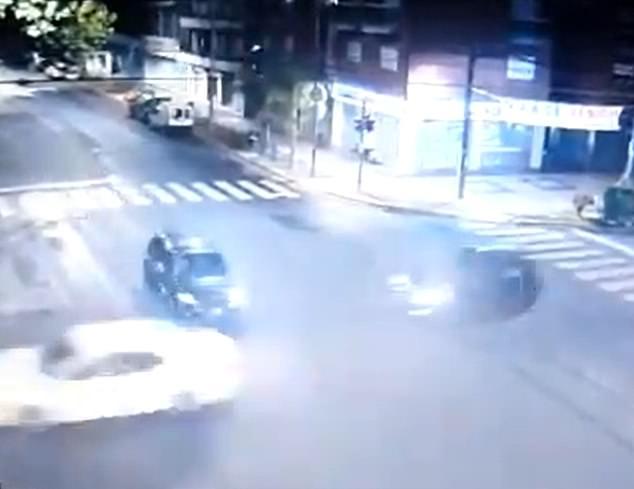Video: Hãi hùng chiếc xe chạy như tên bắn đâm thẳng vào xe chở gia đình ở Argentina - 1