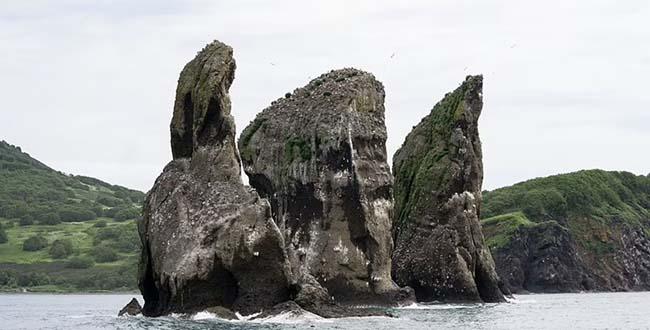 10. Tri Brata ở lối vào vịnh Avacha trên bờ biển đông nam của bán đảo Kamchatka của Nga.Theo truyền thuyết, những tảng đá là hài cốt của 3 anh em đã đi bảo vệ thị trấn khỏi một cơn sóng thần và biến thành đá để chống lại sức mạnh của sóng.