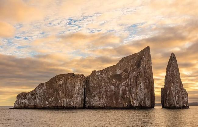 5. Kicker Rock còn được gọi là Leon Dormido, là một khối đá ở phía bắc đảo San Cristobal thuộc quần đảo Galapagos.Phần nhô ra cao 153m so với mực nước biển. Một số người tin rằng, những tảng đá bị xói mòn giống như một chiếc giày, do đó nó được đặt tên là Kicker Rock, trong khi những người khác nói giống như một con sư tử biển đang ngủ, có nghĩa là Leon Dormido trong tiếng Tây Ban Nha.