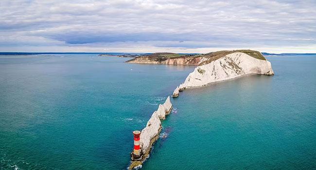 6. Needles ở cực tây của đảo Wight, Anh.Ngọn hải đăng cuối cùng được xây dựng bởi Trinity House vào năm 1859.