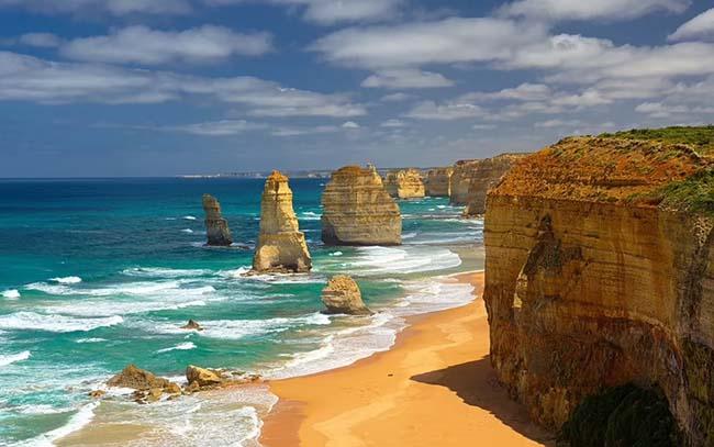 7. Vượt ra khỏi Nam Đại Dương, dọc theo đường Great Ocean nổi tiếng của Úc, bạn sẽ tìm thấy 12 Apostles - những cột đá vôi từng được kết nối với các vách đá trên đất liền.Sóng và gió bào mòn, khoét sâu chúng thành các hang động, rồi đến các mái vòm, cuối cùng làm xói mòn thành những cột cao 45m.