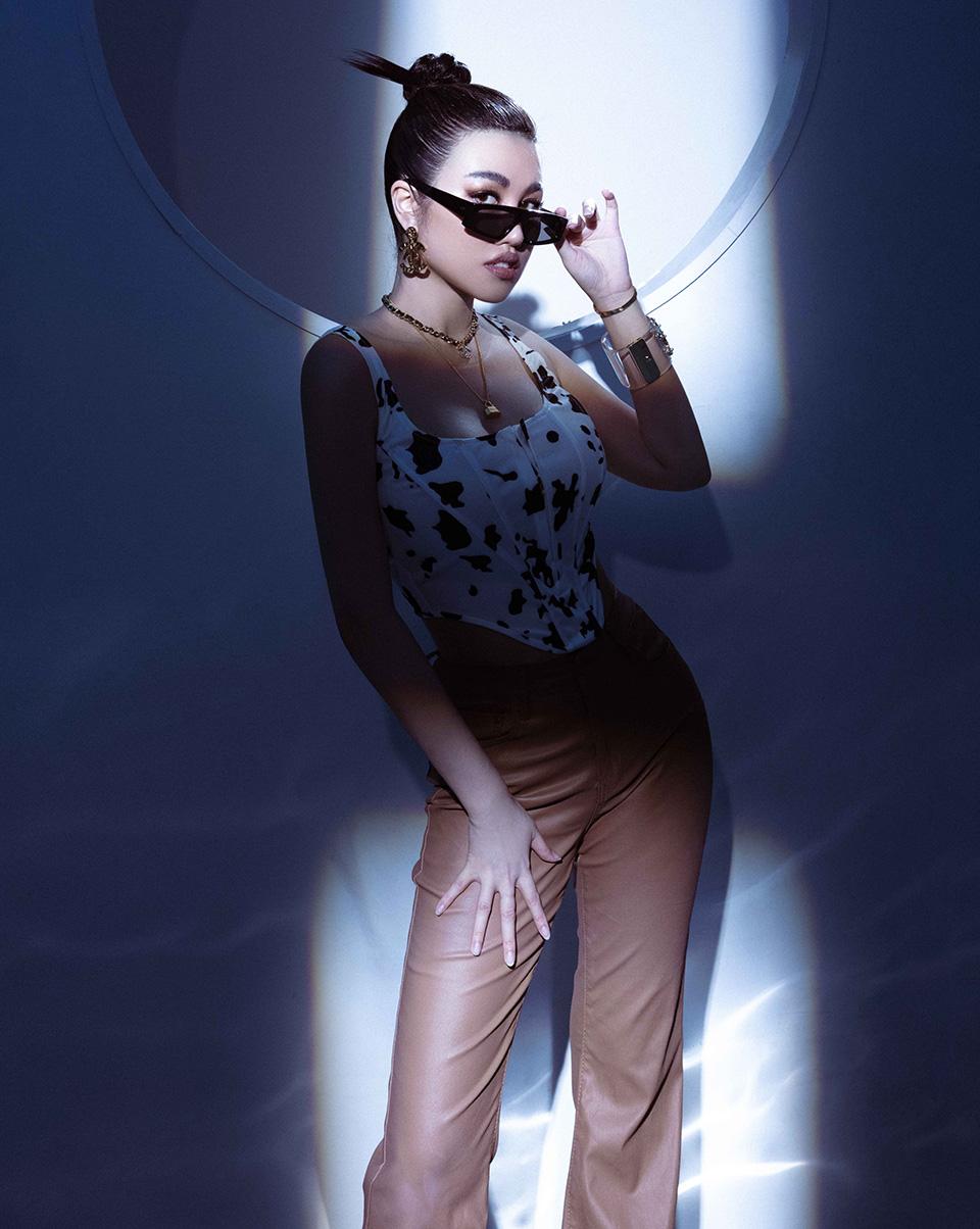 Người đẹp Emily Hồng Nhung khoe body nóng bỏng - 1