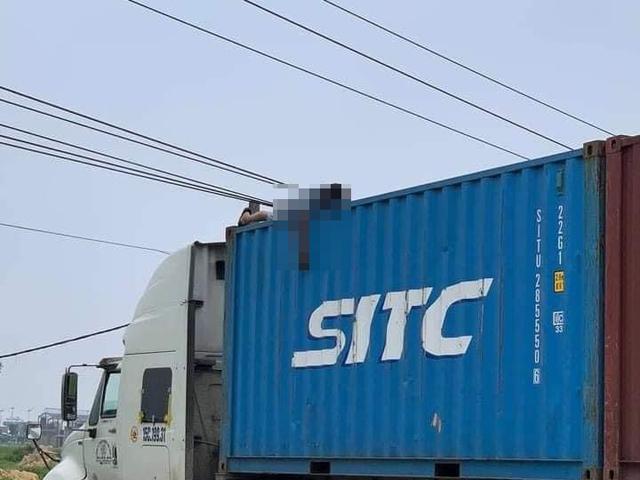Trèo lên gỡ dây điện, tài xế container bị điện giật tử vong trên thùng xe - 1