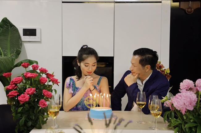 Á hậu Thu Trang - bà xã của Shark Hưng - kém chồng 16 tuổi. Vẻ ngoài xinh đẹp của Thu Trang có nhiều nét giống hoa hậu Đặng Thu Thảo. Thu Trang giành ngôi Á hậu 1 cuộc thi Hoa hậu Việt Nam tại Séc năm 2010. Cô từng lọt vào đêm Chung kết Hoa hậu thế giới người Việt năm 2010.