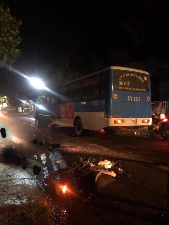 Xe buýt và xe máy tông nhau, 2 người tử vong tại chỗ - 1
