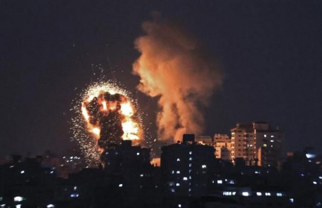 Trụ sở đầu não Hamas trúng tên lửa, khói lửa bốc cao ngất trời ở Gaza - 1