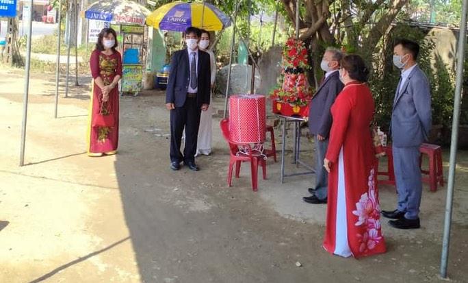 Dịch COVID-19: Nhà trai và nhà gái làm lễ ăn hỏi ngay tại chốt kiểm dịch - 1