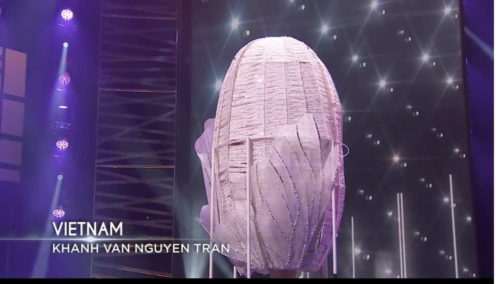 """Khánh Vân trình diễn trang phục dân tộc """"Kén Em"""" tại Hoa hậu Hoàn vũ thế giới - 1"""