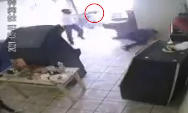 Video: Hãi hùng cảnh sát thủ bước vào cửa hàng, bắn chết hai vợ chồng ở Mexico - 1