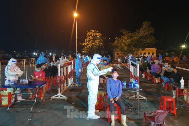 Trắng đêm lấy mẫu xét nghiệm COVID-19 ở cảng cá lớn nhất miền Trung - 1