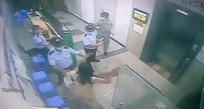 Người phụ nữ không đeo khẩu trang, ẩu đả với bảo vệ bị mời lên phường làm việc - 1