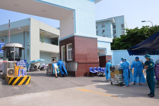 Nhân viên y tế Bệnh viện K hối hả vận chuyển đồ tiếp tế, hàng từ thiện dưới cái nóng oi bức gần 40 độ C - 1