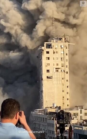 Cảnh kinh hoàng ở Dải Gaza: 6 tên lửa biến tòa tháp 14 tầng thành gạch vụn - 1