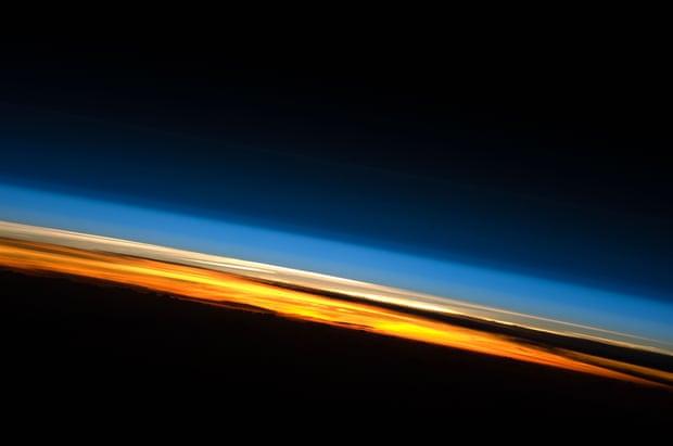 """Thứ đáng sợ đang bào mỏng khí quyển Trái Đất, """"tấn công"""" các vệ tinh - 1"""