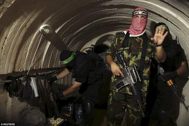 Bên trong đường hầm Hamas dùng để bất ngờ chui lên đánh úp binh sĩ Israel - 1