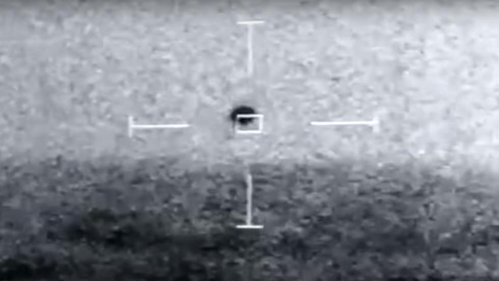 Video UFO hình tròn bí ẩn bay gần chiến hạm Mỹ, Lầu Năm Góc lên tiếng - 1