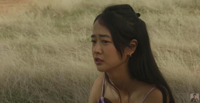 """Vẻ đẹp da nâu ngực mỏng của nữ chính trong MV """"Trốn tìm"""" của Đen Vâu - 1"""
