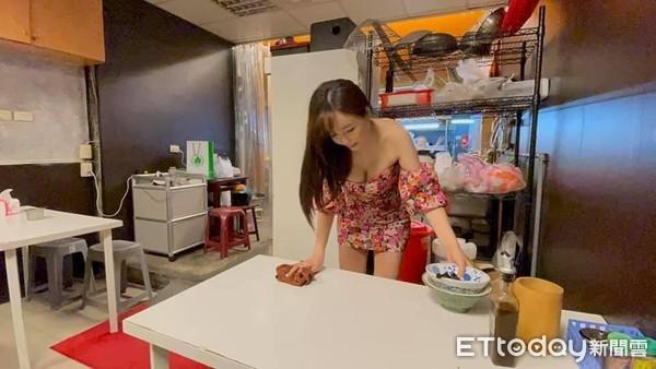 Thấy chủ quán quá bận, cô gái dọn dẹp bàn hộ vô tình trở nên nổi tiếng - 1