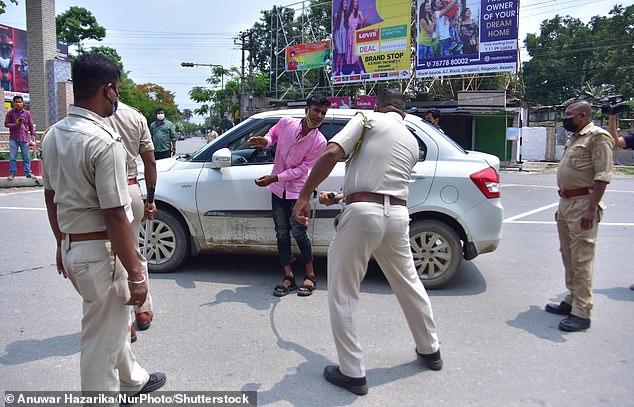 Cảnh sát Ấn Độ vụt người vi phạm lệnh phong tỏa - 1