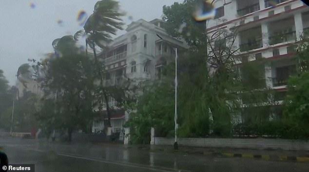 Đang căng mình đối phó dịch Covid-19, Ấn Độ hứng bão mạnh nhất trong 20 năm - 1