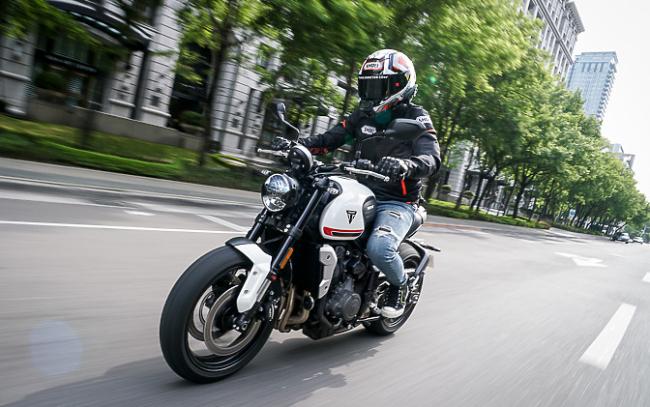 2021 Triumph Trident 660 gia nhập dòng xe kiểu nake sport bike (xe thể thao chồm lỡ) tầm trung. Điều đáng ngạc nhiên là tân binh của dòng xe Anh quốc này lại nhận được rất nhiều sự quan tâm của người chơi mô tô ở thị trường Đông Nam Á.