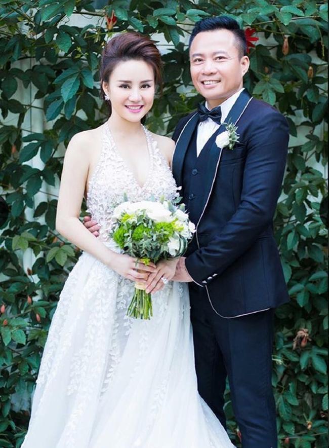 Vy Oanh đăng ký kết hôn với doanh nhân Lê Thiện - đại gia Việt kiều Mỹ, hơn cô 15 tuổi. Cặp đôi có với nhau 2 mặt con.