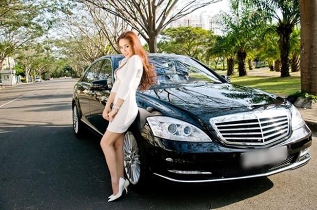 Năm 2012, Vy Oanh mua tặng mình chiếc xế hộp trị giá gần 7 tỷ. Khoản tiền mua xe được Vy Oanh dành dụm, tích góp từ nhiều năm ca hát, theo đuổi nghệ thuật, đóng quảng cáo, không hề có sự giúp đỡ của bất cứ đại gia nào như lời đồn.