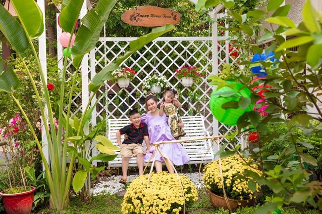 Bên ngoài khuôn viên, Vy Oanh và ông xã tinh tế thiết kế thêm một chiếc xích đu làm nơi nghỉ ngơi cho cả gia đình. Đây là nơi cô và các con thường xuyên vui đùa, thư giãn.